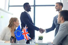 Líderes de la unión europea y de Reino Unido que sacuden las manos en un acuerdo del trato Brexit imagen de archivo