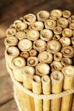 Límite de bambú vietnamita tradicional del taburete o de la mesa de centro con la cuerda y colocado en piso de madera imagenes de archivo