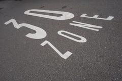 límite de 30 kilómetros en el asfalto fotos de archivo libres de regalías