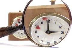 Límite de tiempo en el reloj análogo del ajedrez agrandado a través de una lupa Foto de archivo