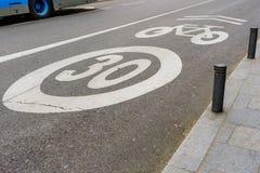 Límite de velocidad de los carriles de la bici y de bicicleta sobre 30 mph Foto de archivo