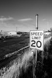 Límite de velocidad en ciudad abandonada Imagen de archivo libre de regalías