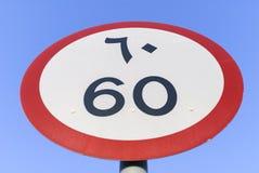 Límite de velocidad en inglés y árabe Imagen de archivo