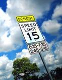 Límite de velocidad en zona de la escuela Imagen de archivo libre de regalías