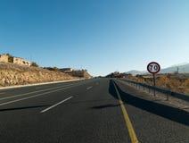 Límite de velocidad de la señal de tráfico 70, advirtiendo a la velocidad Fotografía de archivo