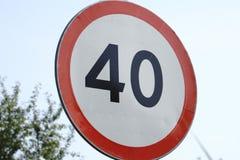 Límite de velocidad de la señal de tráfico en el camino imagenes de archivo