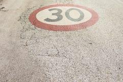 Límite de velocidad los 30km Imagenes de archivo