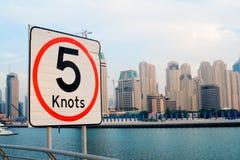Límites de velocidad para los yates - puerto deportivo de Dubai Imagen de archivo