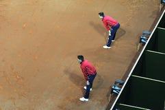 Línea árbitro en la acción durante un partido del tenis Imágenes de archivo libres de regalías