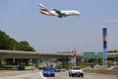 Línea aérea Airbus A380 de los emiratos en acercamiento al aeropuerto internacional de JFK en Nueva York Imagenes de archivo