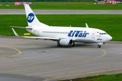 Línea aérea Boeing de UTair 737-500 aviones en el aeropuerto internacional de Pulkovo en St Petersburg, Rusia Fotografía de archivo libre de regalías