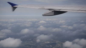 Línea aérea sobre las nubes en turbulencia almacen de metraje de vídeo