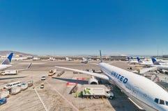 Línea aérea unida Boeing 767-322 en el aeropuerto de la SFO Imágenes de archivo libres de regalías