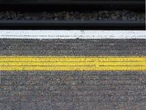 Línea amarilla de la plataforma Imágenes de archivo libres de regalías
