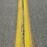 Línea amarilla doble Imágenes de archivo libres de regalías