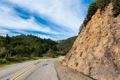Línea amarilla doble abajo camino ventoso de la montaña Imagen de archivo