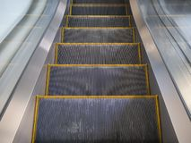 Línea amarilla moderna escalera móvil en centro comercial fotos de archivo libres de regalías