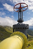 Línea amarilla válvulas del tubo de gas Imagenes de archivo