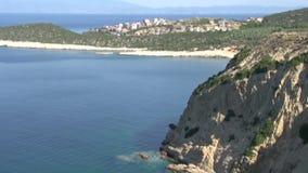 Línea ascendente cercana de la costa de la inclinación delante del skala Marion Thassos Grecia metrajes