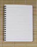 Línea azul blanca en blanco cuaderno espiral realista de la libreta del papel encendido imagenes de archivo