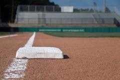 Línea baja del área de la pista de aterrizaje del campo de béisbol primera imagenes de archivo
