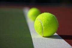 Línea baja pelotas de tenis Fotos de archivo