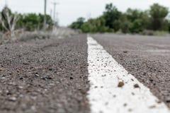 Línea blanca en cierre de la carretera de asfalto para arriba Foto de archivo libre de regalías