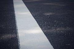 Línea blanca en el nuevo camino foto de archivo