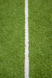 Línea blanca en hierba del campo de fútbol Imagen de archivo
