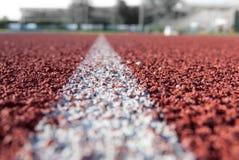 Línea blanca en la pista atlética fotografía de archivo libre de regalías