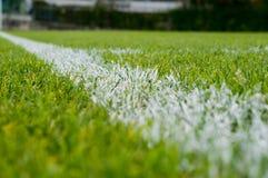 Línea blanca en un campo de fútbol imagen de archivo
