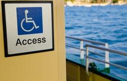 Línea blanca figura de una persona asentada sobre el eje de una rueda, fondo azul para el punto de la accesibilidad de la gente d foto de archivo libre de regalías