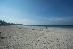 Línea blanca larga de la playa de la arena, Trikora, Bintan Isla-Indonesia foto de archivo
