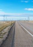 Línea camino de las turbinas de viento de Pairie Imagen de archivo libre de regalías