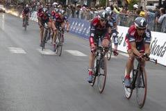 Línea de acabamiento anterior de los ciclistas imagenes de archivo