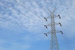 Línea de alto voltaje de la torre de potencia Fotos de archivo libres de regalías