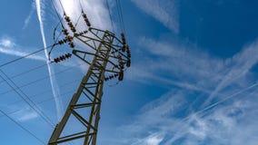 Línea de alto voltaje de la distribución de la electricidad foto de archivo libre de regalías
