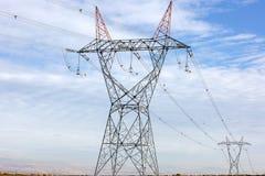Línea de alto voltaje de la industria de la electricidad torres imagen de archivo