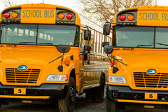 Línea de autobús escolar amarilla parqueada cierre para arriba Fotos de archivo