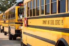 Línea de autobuses escolares amarillos imágenes de archivo libres de regalías