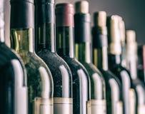 Línea de botellas de vino Primer fotos de archivo