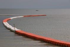 Línea de boyas anaranjadas y blancas flotantes para la zona de seguridad de marcado Foto de archivo libre de regalías