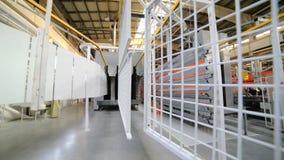 Línea de capa del polvo El metal ralla movimiento en un transportador de arriba almacen de metraje de vídeo