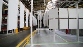 Línea de capa del polvo Los paneles del metal se suspenden en una línea de arriba del transportador almacen de metraje de vídeo