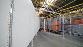 Línea de capa del polvo Los paneles del metal se suspenden en una línea de arriba del transportador metrajes