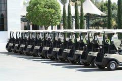 Línea de carros de golf Fotos de archivo libres de regalías