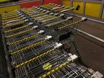 Línea de carros de la compra en el supermercado de Netto imagen de archivo libre de regalías