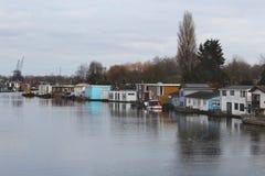Línea de casas del lado del canal en Berlín fotografía de archivo libre de regalías