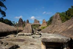Línea de casas tradicionales en el pueblo tradicional de Tarung Imagenes de archivo