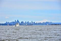 Línea de ciudad, montaña blanca en un día soleado con un cielo azul Imagen de archivo